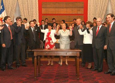 Foto del momento en que se firmó el acuerdo educacional entre el gobierno y la opisición