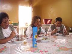 Servidoras alimentandose