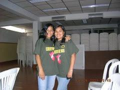 Dos señoritas listas para servir