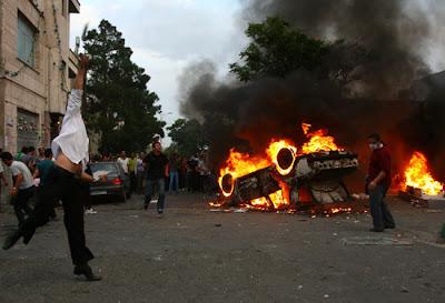 فوضى-مظاهرات-سيارة-محترقة-رمي-الحجر