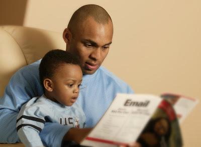 father-son-reading-علاقة-الآباء-الأبناء