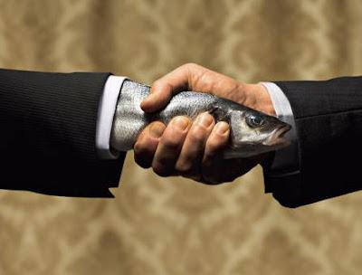 مصافحة-السمكة-الميتة-Dead-fish-handshake