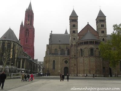 A praça Vrijthof, a Basílica de St. Servatius, à direita, e a igreja de St. Janskerk, à esquerda Maastricht