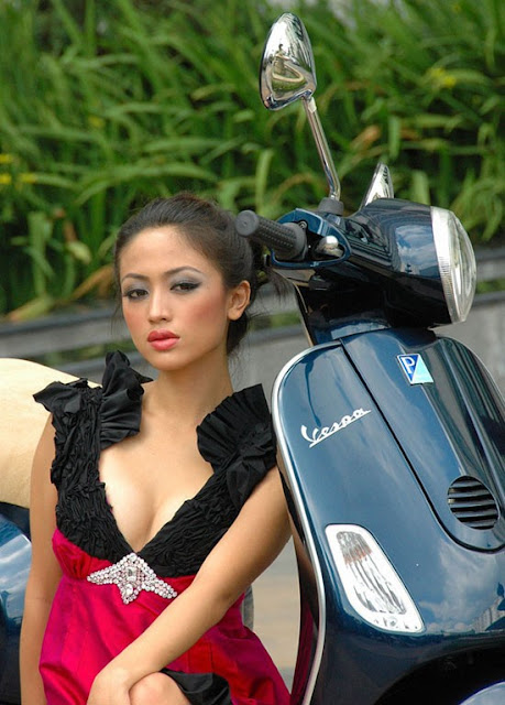 Foto Model Hot Seksi di Atas Motor Vespa