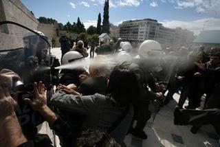 Εργαζόμενος - διαδηλωτής κινδυνεύει να χάσει το μάτι του από τα χημικά των ΜΑΤ 206
