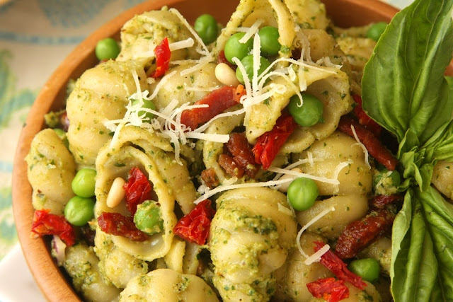 Walnut Parsley Pesto Pasta with Sundried Tomatoes and Peas ...