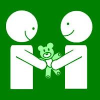 Silueta de dos niños compartiendo un osito