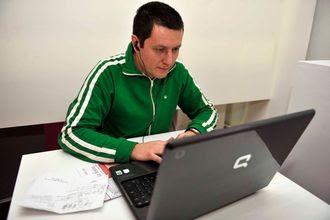 Nicolas Ancion écrivant son polar en direct du L@b du journal Le Soir à la Foire du livre de Bruxelles. (c) Le Soir (Pierre-Yves Thienpont)