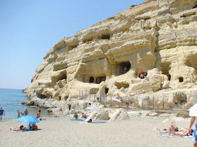 Μάταλα - Ο βράχος με τις σκαμμένες σπηλιές, το πρώην Ρωμαϊκό νεκροταφείο