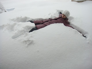 allongée dans la neige