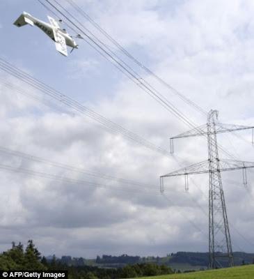 Avión colgado en cables de alta tensión