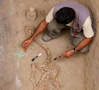 El arqueólogo peruano agregó que se presume que se trata de un entierro individual realizado en el siglo I después de Cristo. EFE/Archivo