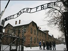 Una réplica cuelga ahora en la entrada del campo de concentración.
