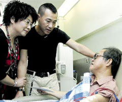 Lee Si Kei and Bowie Lam visit kidney patient