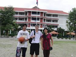 Malisa, Anon und ich vor meiner Schule