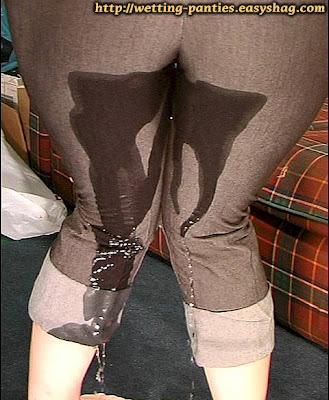 Pissing - Pee: Mulher fazendo xixi na calça