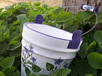 Balde con violetas
