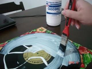 sousplat suporte para panelas feito com discos de vinil