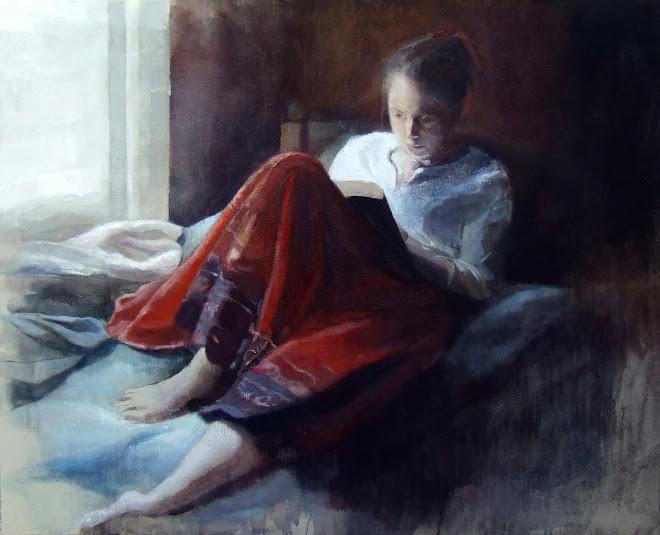 Mujer leyendo junto a la ventana