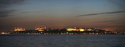 La luna creciente sobre la ciudad de Estambul