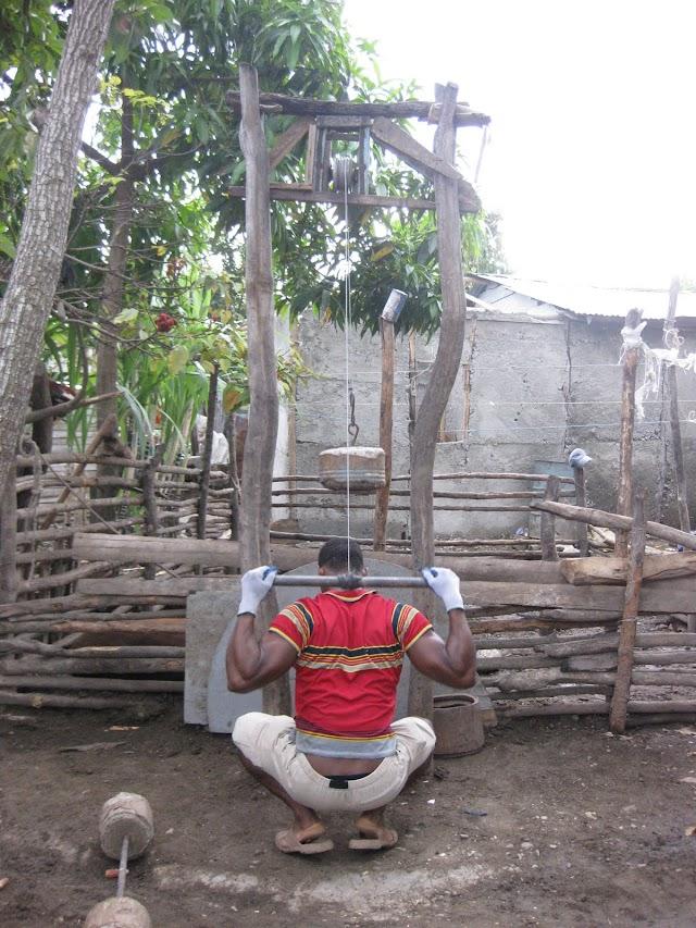 En Bohechío joven hace su propio gimnasio