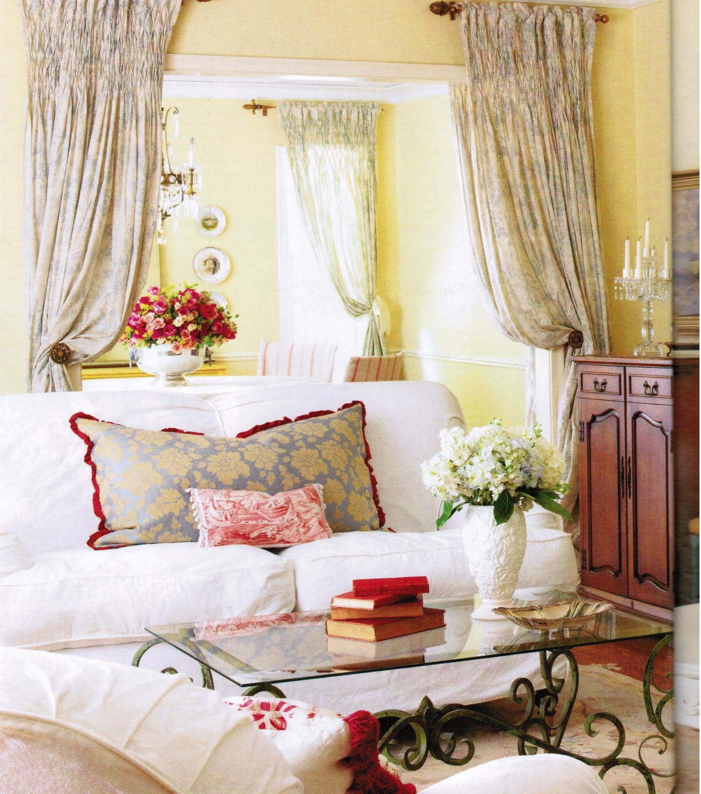 Maison decor french country enchanting yellow white for Country family room decorating ideas