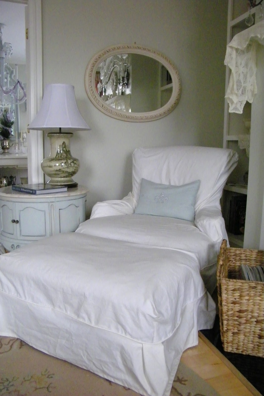 maison decor shabby chic slipcover style. Black Bedroom Furniture Sets. Home Design Ideas