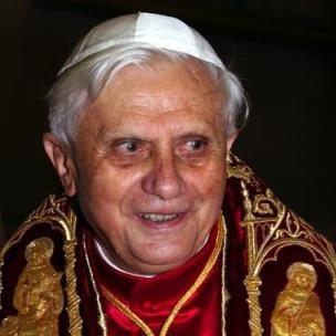 O Vaticano informou neste sábado que o mordomo do papa Bento 16, Paolo Gabriele, cumprirá prisão domiciliar após passar dois meses preso. - Papa_Bento_XVI