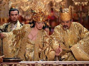 Gong Li y Chow Yun-Fa en La maldición de la flor dorada
