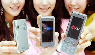 LG KF700 has touch screen