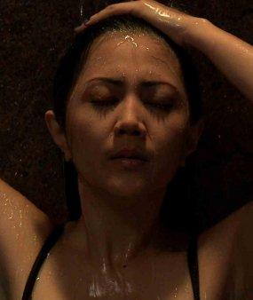 Artis Aida Saskia merasa kesal foto-fotonya saat beradegan mandi dalam ...