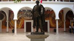 Es la estatua de Ignacio Pesquira que se encuentra en el patio central del Palacio de Gobierno.