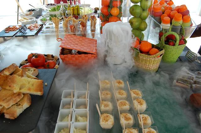 Buffet con humo de hielo seco