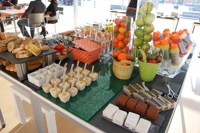 Buffet frio: postres, fruta, zumos naturales, panes, mantequillas, embutidos...