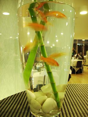 Peces de colores dan la bienvenida a la Restaurante de Baluarte-Maher