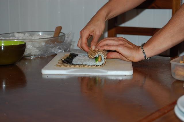 Paso 4: Girar el sushi sobre si mismo para formar el rollo