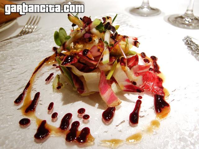 Ensalada de endivias, trigueros, rulo de queso y maiz crujiente con vinagreta de mostillo de uva