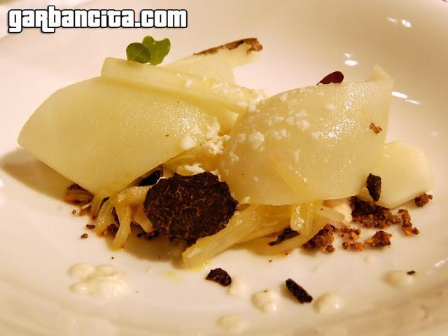 Cardo rojo en ensalada con tierra, nieve, esturión, ajo negro y trufa
