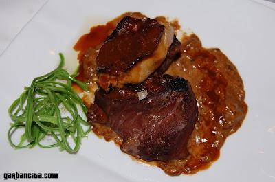 Solomillo de ternera a la placha, con foie y su salsa, acompañado con fetuccini de alubias verdes