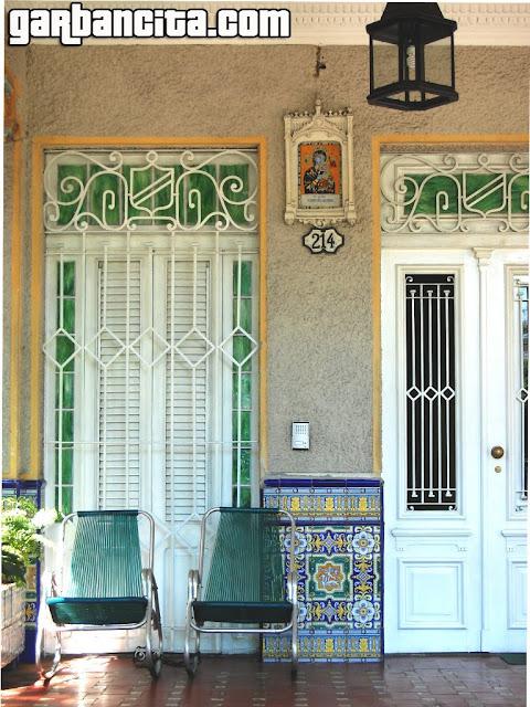 Fachada de una casa de Vedado, La Habana