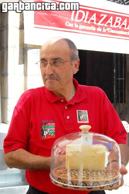 José Marí Uztarroz con el queso ganador momentos antes de la subasta