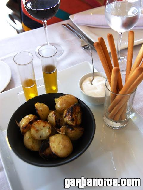 Aperitivo de patatas asadas con alioli y cata de aceites