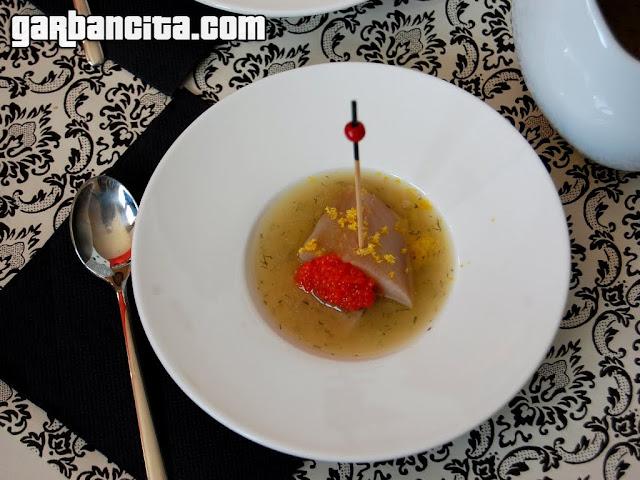 Sopa de limón con arenque ahumado y caviar rojo