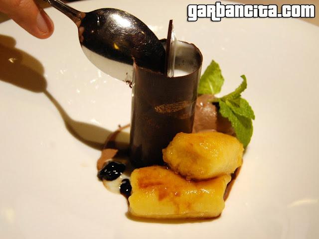 Cilindro de chocolate con arroz con leche y plátano