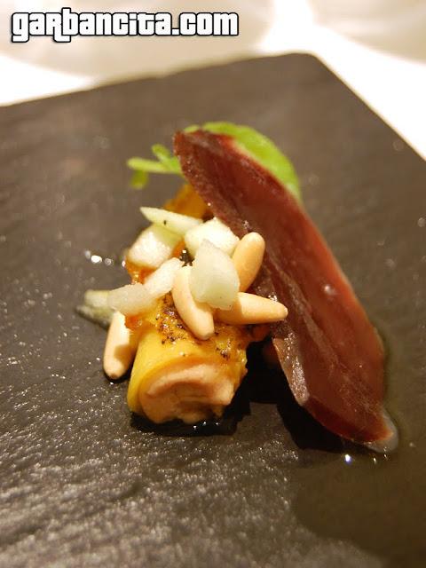 Rulo de mango caramelizado relleno de mousse de foie y queso con kikos