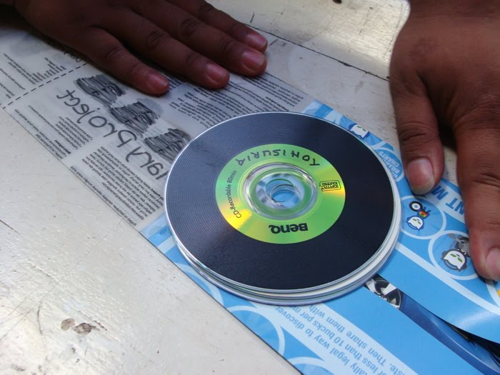 CD. Lebihi ukuran kiri-kanannya masing- masing 1 cm, supaya CD bisa