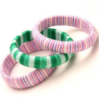 Reciclar, customizar, criar pulseiras com sobras de linha de bordar e de crochê.
