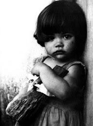 Niña con muñeca de palo/ Alberto Korda