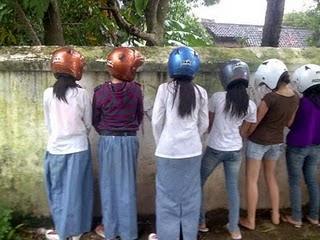 cewek kencing berdiri pakai helm