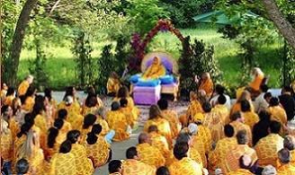 Shree Kripaluji Maharak with devotees